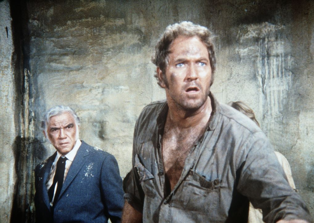 Bei einer Revolte im Gefängnis ist Ben (Lorne Greene, l.) in die Gewalt des Häftlings Cooper geraten. (Darsteller unbekannt) - Bildquelle: Paramount Pictures