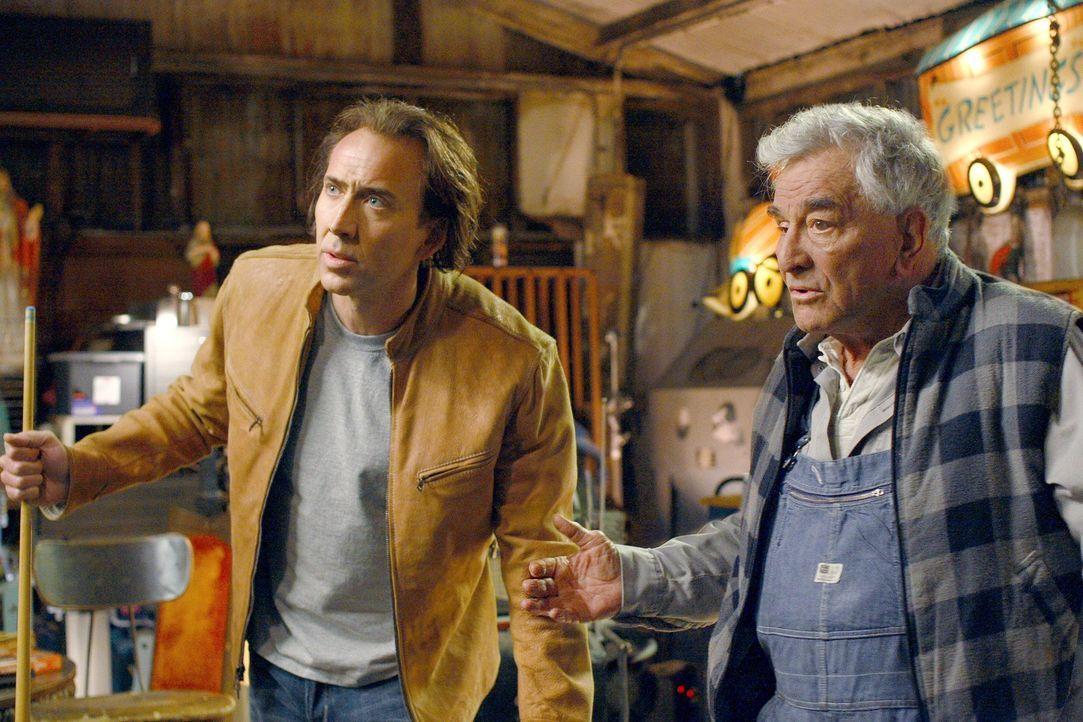 Cris Johnson (Nicolas Cage, l.) hat ein Geheimnis: Er kann einige Minuten in die Zukunft sehen. Aber da er als Kind unzählige verstörende Untersuchu... - Bildquelle: t   2007 Paramount pictures. All Rights Reserved.