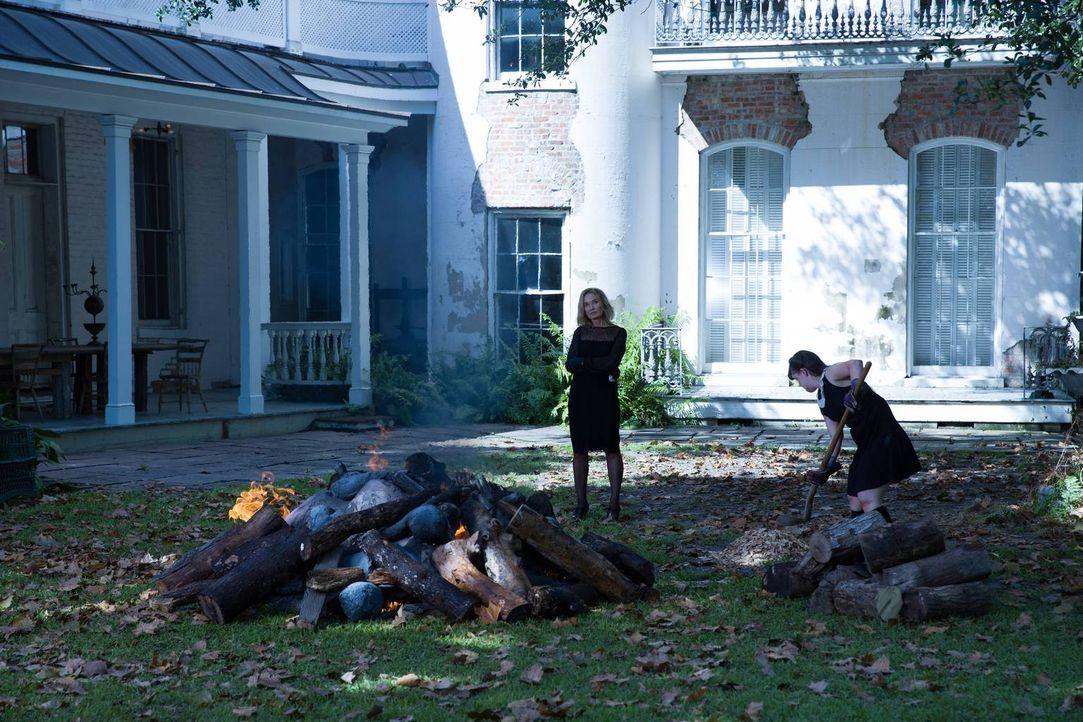 Als Nan (Jamie Brewer, r.) eine wahre Horrornacht erlebt, heckt Fiona (Jessica Lange, l.) einen eiskalten Plan aus ... - Bildquelle: 2013-2014 Fox and its related entities. All rights reserved.