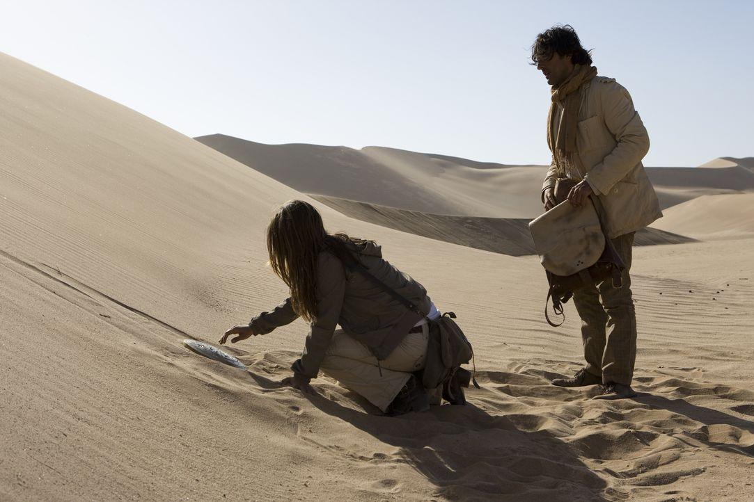 Endlich hat Johanna (Cosma Shiva Hagen, l.) die Sternenscheibe gefunden. Doch als Simon (Olivier Sitruk, r.). den Urtext der Bibel unter die Scheibe... - Bildquelle: Olaf R. Benold ProSieben