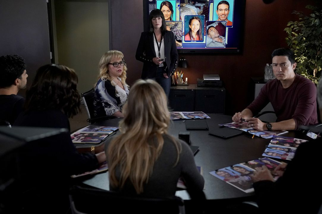 (v.l.n.r.) Penelope Garcia (Kirsten Vangsness); Emily Prentiss (Paget Brewster); Matt Simmons (Daniel Henney) - Bildquelle: Cliff Lipson 2018 CBS Broadcasting, Inc. All Rights Reserved./ Cliff Lipson