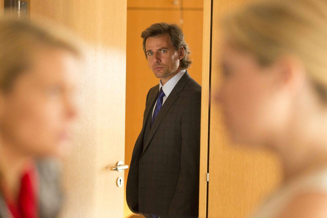 Auge um Auge - der Kampf um Staatsanwalt von Grün (Rene Steinke, M.) ist eröffnet: Danni (Annette Frier, l.) und Biggi (Caroline Frier, r.) ... - Bildquelle: Frank Dicks SAT.1