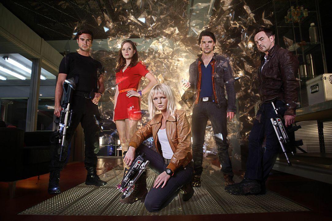 (4. Staffel) - Wenn die Vergangenheit zurückkommt sind (v.l.n.r.) Captain Becker (Ben Mansfield), Jess (Ruth Kearney), Abby (Hannah Spearritt), Con... - Bildquelle: ITV Plc