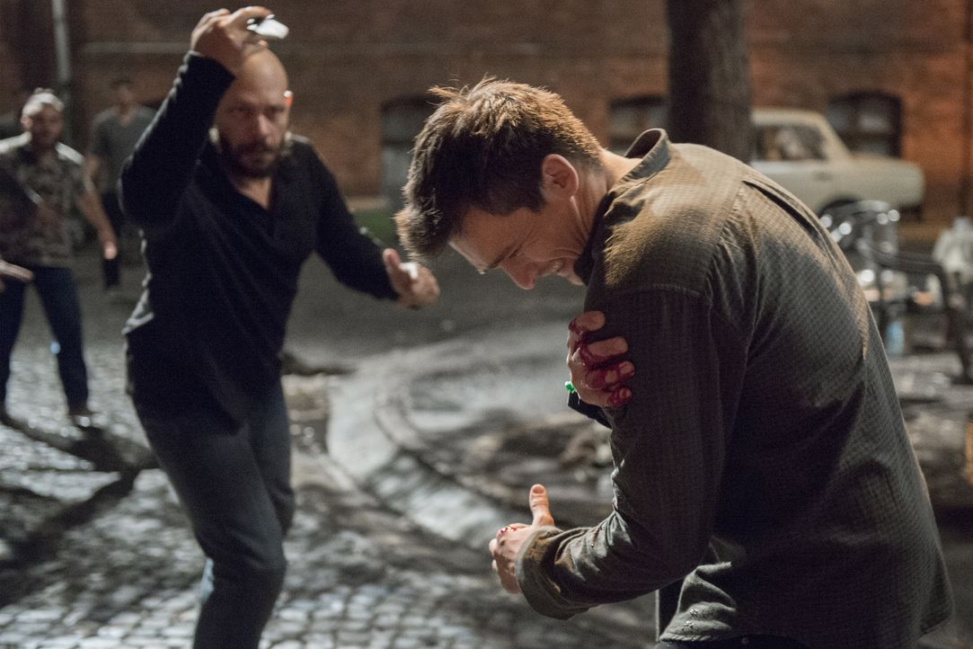 In der Unterkunft, in der er von Hussein gebracht wurde, ist Quinn (Rupert Friend, r.) durch Hajik (Jarreth Merz, l.) in großer Gefahr ... - Bildquelle: Stephan Rabold 2015 Showtime Networks, Inc., a CBS Company. All rights reserved.