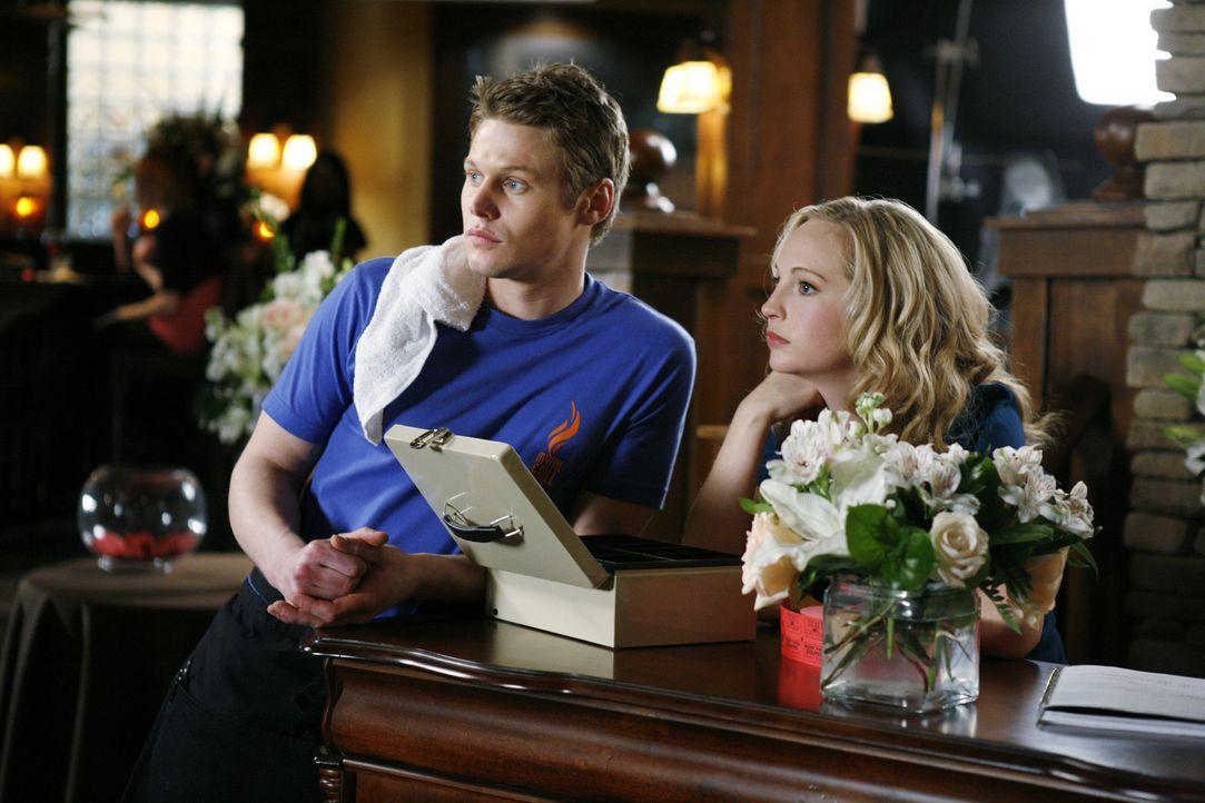 Wurden in flagranti von Matts Mutter erwischt: Matt (Zach Roerig, l.) und Caroline (Candice Accola, r.) ... - Bildquelle: Warner Bros. Television