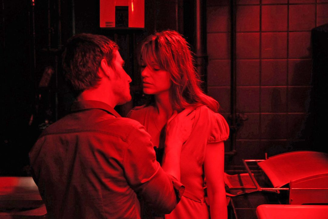 In der Dunkelkammer ist die Luft zwischen Karen (Suzan Anbeh, r.) und Mark (Clemens Schick, l.) zum Zerreißen gespannt. Sie verlieren die Kontrolle... - Bildquelle: Aki Pfeiffer Sat.1