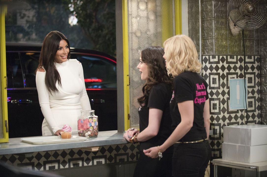 """An ihrem Kuchenfenster soll eine Folge von """"The Kardashians"""" gedreht werden. Max (Kat Dennings, M.) und Caroline (Beth Behrs, r.) können nicht glaub... - Bildquelle: Warner Bros. Television"""