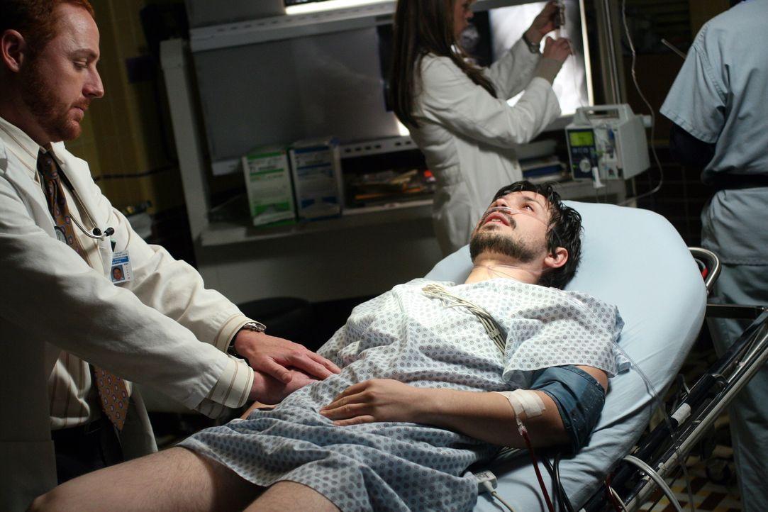 Simon (Freddy Rodriguez, liegend) wird ins County eingeliefert, da er Schwierigkeiten mit dem Magen hat. Bei der Untersuchung von Morris (Scott Grim... - Bildquelle: Warner Bros. Television