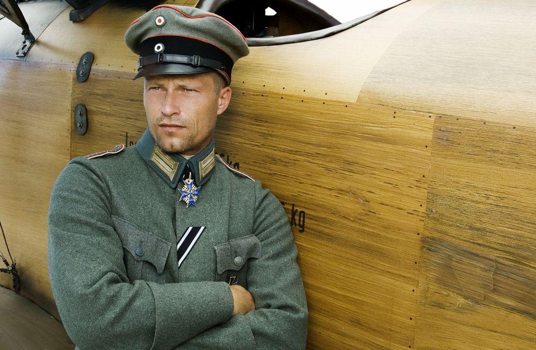 Trotz seiner Jugend ist Freiherr Manfred von Richthofen einer der besten Kampfpiloten des Ersten Weltkriegs. Wie seine Kameraden Werner Voss (Til Sc... - Bildquelle: Warner Bros. Television