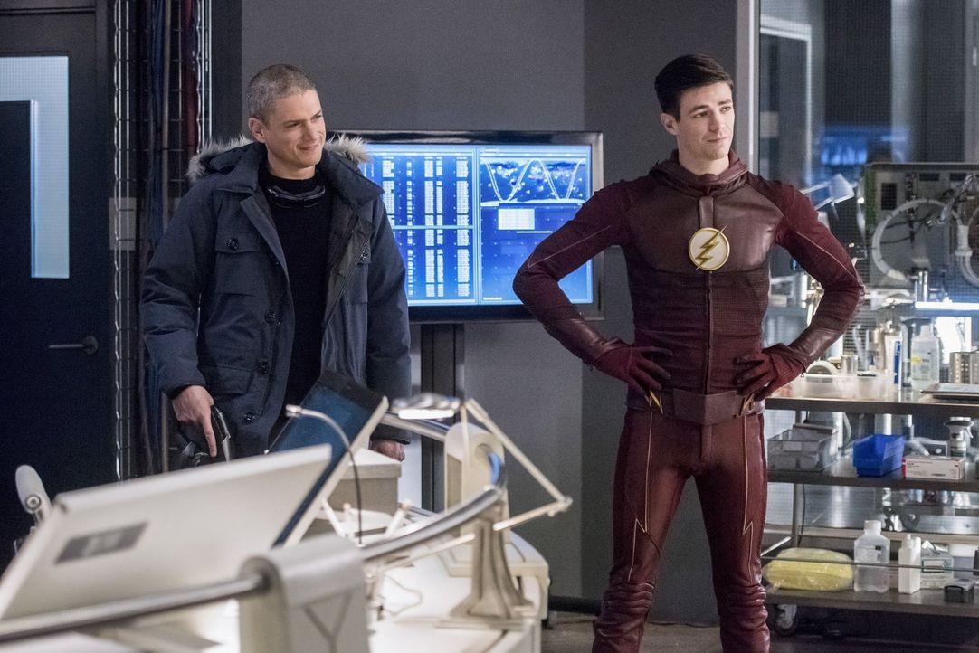 Wird sich Snart alias Captain Cold (Wentworth Miller, l.) überreden lassen, Barry alias The Flash (Grant Gustin, r.) zu helfen, das Leben von Iris z... - Bildquelle: 2016 Warner Bros.