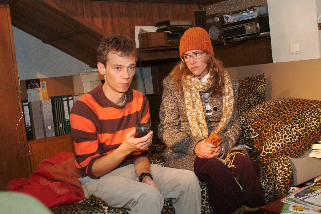 Lisa (Alexandra Neldel, r.) tröstet den verzweifelten Jürgen (Oliver Bokern, l.), der von Sabrina abserviert wurde. (Dieses Foto von Alexandra Nelde... - Bildquelle: Monika Schürle Sat.1