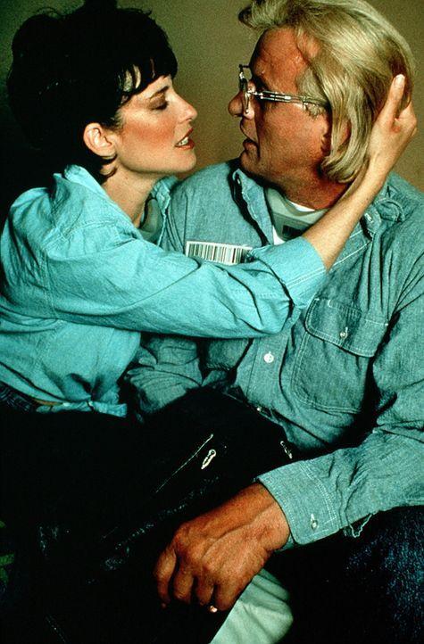 Tracy (Mimi Rogers, l.) behauptet, Frank Warrens (Rutger Hauer, r.) Wedlock-Partner zu sein und überredet ihn, zu einem gemeinsamen Fluchtversuch ... - Bildquelle: Home Box Office (HBO)