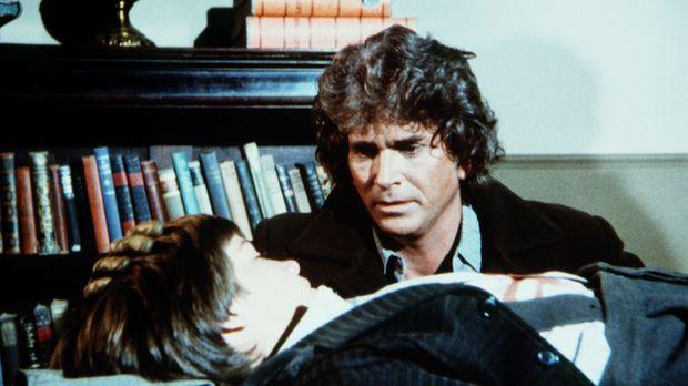 Charles Ingalls (Michael Landon, r.) macht sich große Sorgen um den verletzte...
