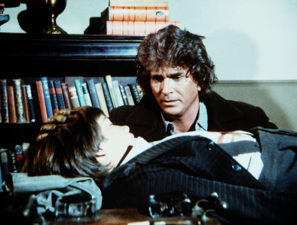 Charles Ingalls (Michael Landon, r.) macht sich große Sorgen um den verletzten James (Jason Bateman, l.), der angeschossen wurde. - Bildquelle: Worldvision