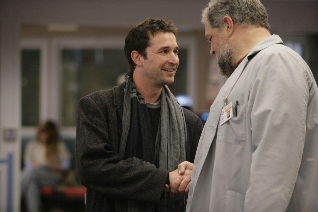 Jerry (Abraham Benrubi, r.) ist überrascht, als er Carter (Noah Wyle, l.) in der Notaufnahme antrifft .... - Bildquelle: Warner Bros. Television