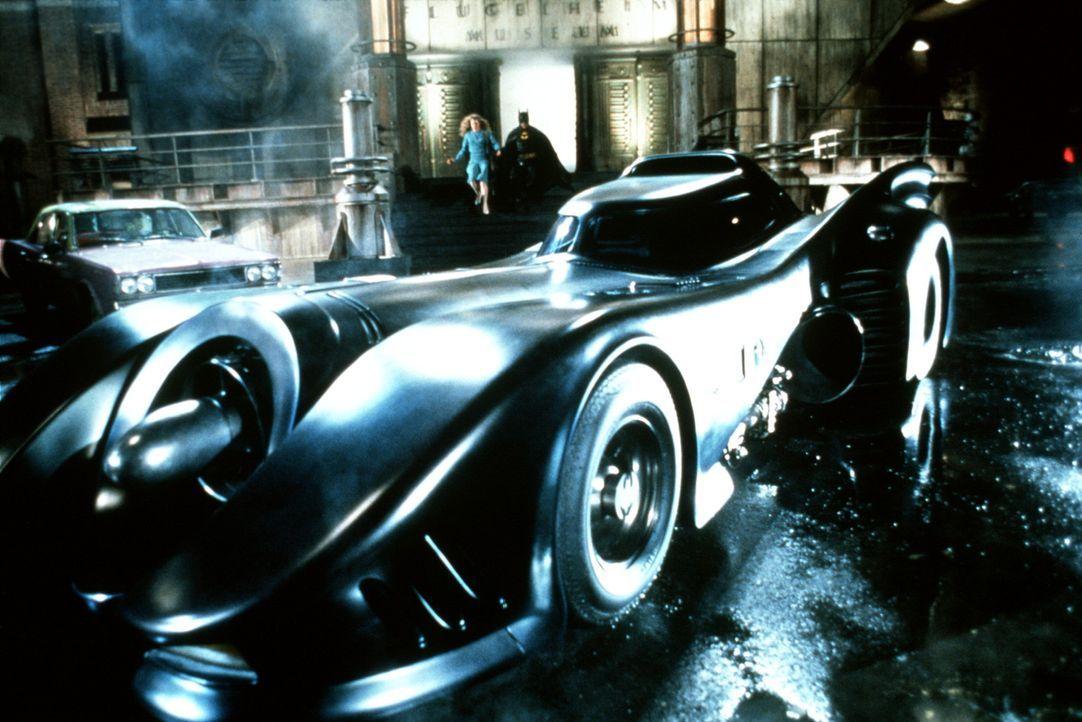 Batman (Michael Keaton, r.) gelingt es, die schöne Journalistin Vicky Vale (Kim Basinger, l.) aus den Klauen des Jokers zu befreien. Im Batmobil fl... - Bildquelle: Warner Bros.