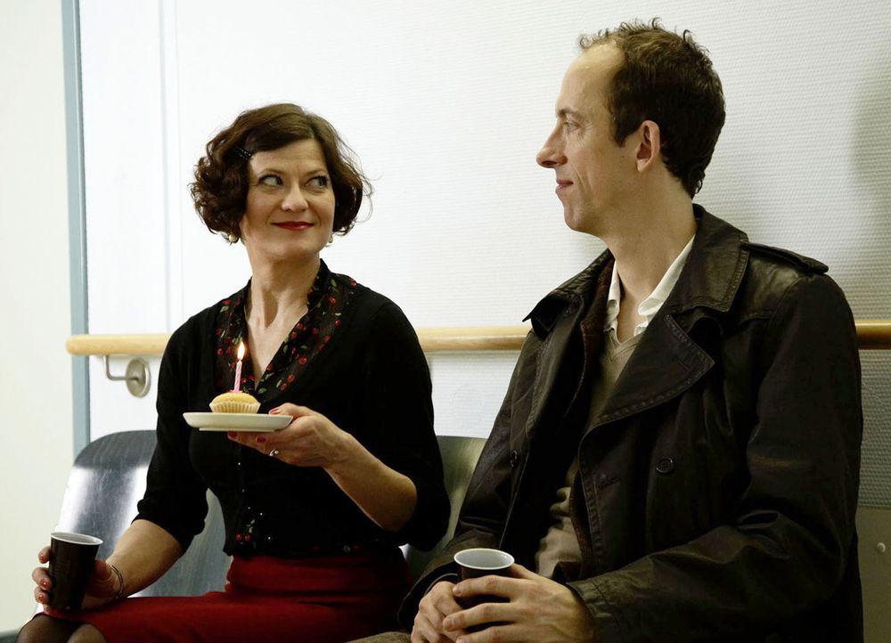 Machen sich Sorgen um Jana, die einen Unfall hatte: Elli (Astrid Meyerfeld, l.) und Karl (Rudolf Krause, r.) ... - Bildquelle: Dirk Dunkelberg SAT.1