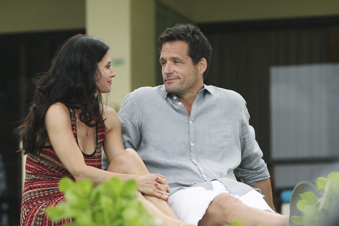 Wollen ein romantisches, wunderbares Wochenende verleben: Grayson (Josh Hopkins, r.) und Jules (Courteney Cox, l.) ... - Bildquelle: 2010 ABC INC.