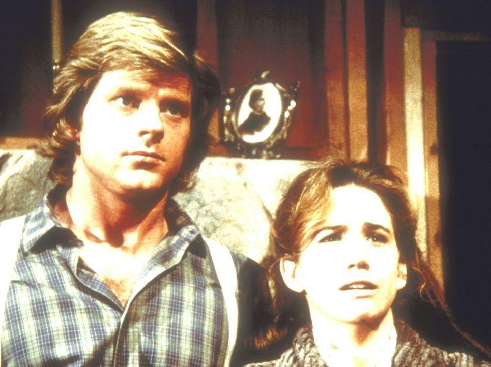 Almanzo (Dean Butler, l.) und Laura (Melissa Gilbert, r.) erfahren, dass ihre Tochter Rose an Pocken erkrankt ist. - Bildquelle: Worldvision
