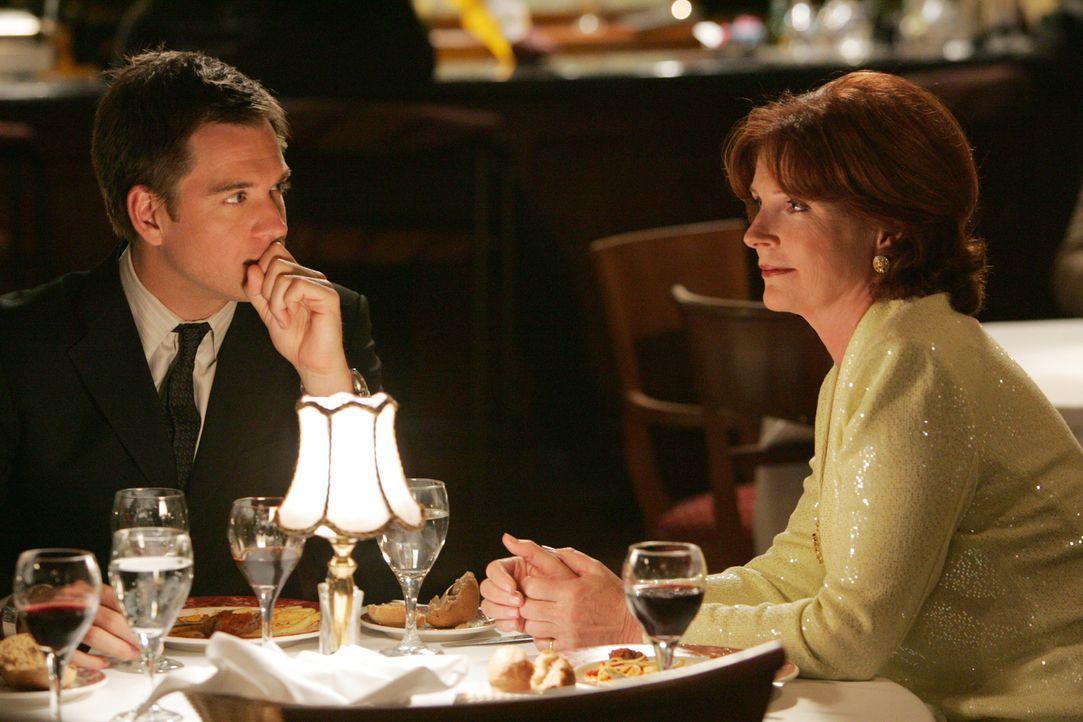 Während Shepard ein großes Risiko eingeht, lernt Tony DiNozzo (Michael Weatherly, l.) Jeanne's Mutter Dr. Helen Berkley (Sara Botsford, r.) kennen .... - Bildquelle: CBS Television