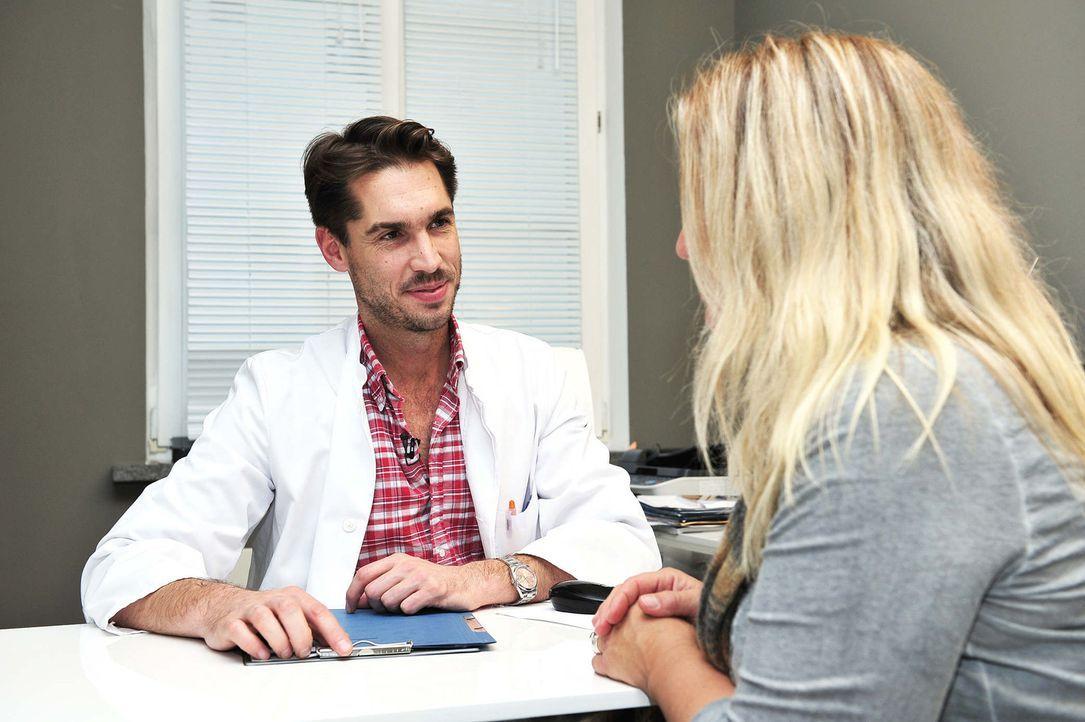 Schönheitschirurg Dr. Rippmann (l.) nimmt sich viel Zeit für seine Patienten, die für ein besseres Aussehen nicht vor einer OP zurückschrecken ... - Bildquelle: Andre Kowalski sixx