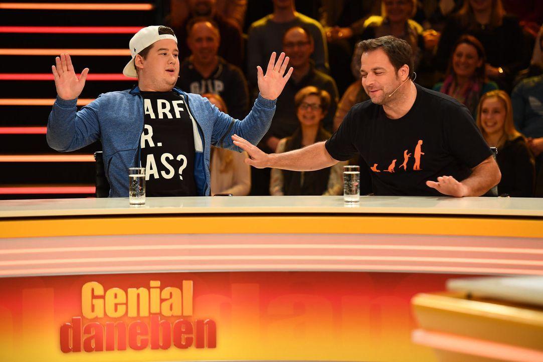 Geben ihr Bestes beim Beantworten der Zuschauer-Fragen: Chris Tall (l.) und Martin Rütter (r.) ... - Bildquelle: Willi Weber SAT.1