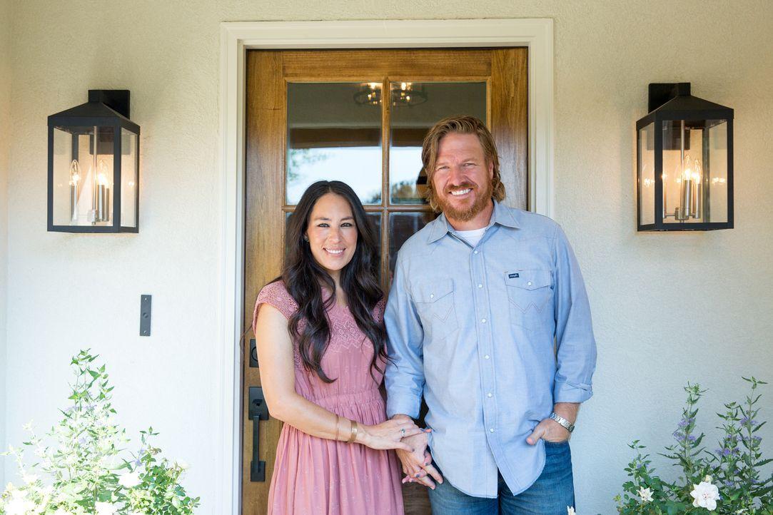 Das Ehepaar Chip (r.) und Joanna Gaines (l.) verwandeln heruntergekommene Immobilien in wahre Traumhäuser. Ob sie auch dieses Mal ihre Kunden glückl... - Bildquelle: Jeff Jones 2017, HGTV/Scripps Networks, LLC. All Rights Reserved.