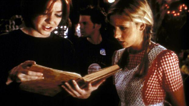 Willow (Alyson Hannigan, l.) versucht, Buffy (Sarah Michelle Gellar) einen Te...