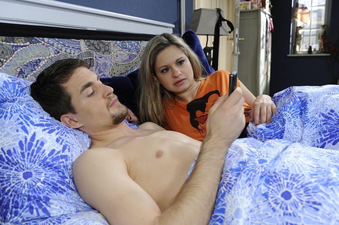 Verbringen die erste gemeinsame Nacht: Mia (Josephine Schmidt, r.) und Lars (Alexander Klaws, l.) - Bildquelle: SAT.1
