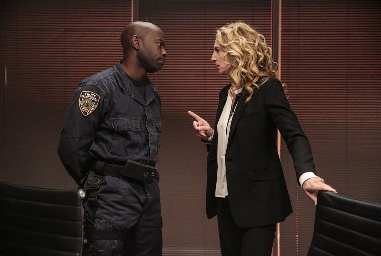 Lex (David Gyasi, l.) stellt Sabine (Claudia Black, r.) zur Rede nachdem er erdrückende Beweise gegen sie und ihren Mann gefunden hat. Aber wird das... - Bildquelle: Warner Brothers