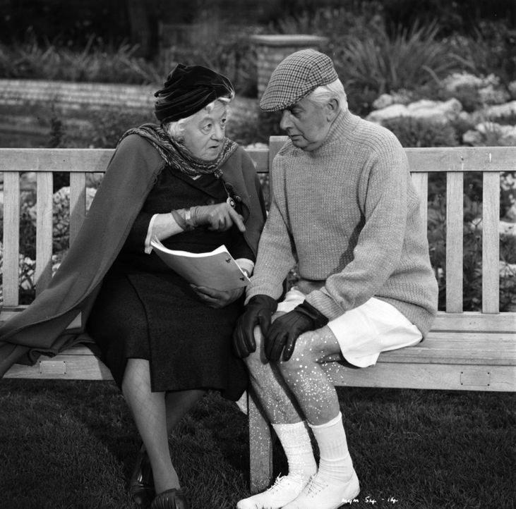 Bei einem neuen Mordfall wird Miss Marple (Margaret Rutherford, l.) tatkräftig von ihrem langjährigen Freund Mister Stringer (Stringer Davis, r.) un... - Bildquelle: Warner Brothers