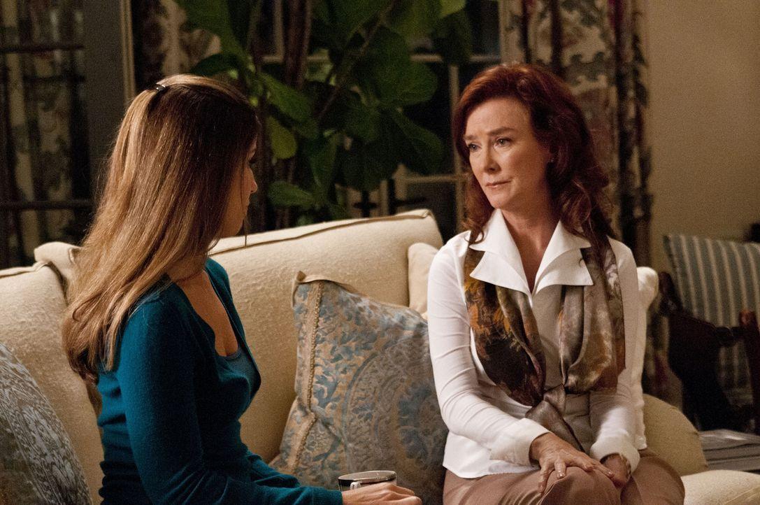 Michaels Ex-Frau Olivia (Valerie Mahaffey, r.) lässt die Bombe über Taylors Vergangenheit platzen. Marisol (Ana Ortiz, l.) steht Taylor bei, damit s... - Bildquelle: ABC Studios