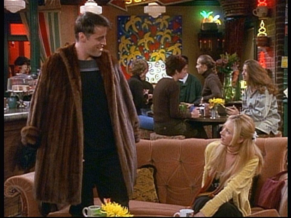 Phoebe (Lisa Kudrow, r.) findet es entsetzlich, dass sie einen Pelzmantel bekommen hat. Joey (Matt LeBlanc, l.) dagegen ist begeistert von dem guten... - Bildquelle: TM+  2000 WARNER BROS.