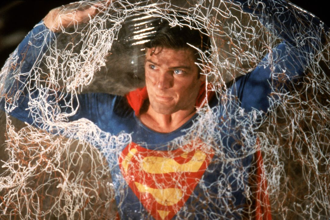 Superman (Christopher Reeve) in einer äußerst brenzligen Situation ... - Bildquelle: Warner Bros.