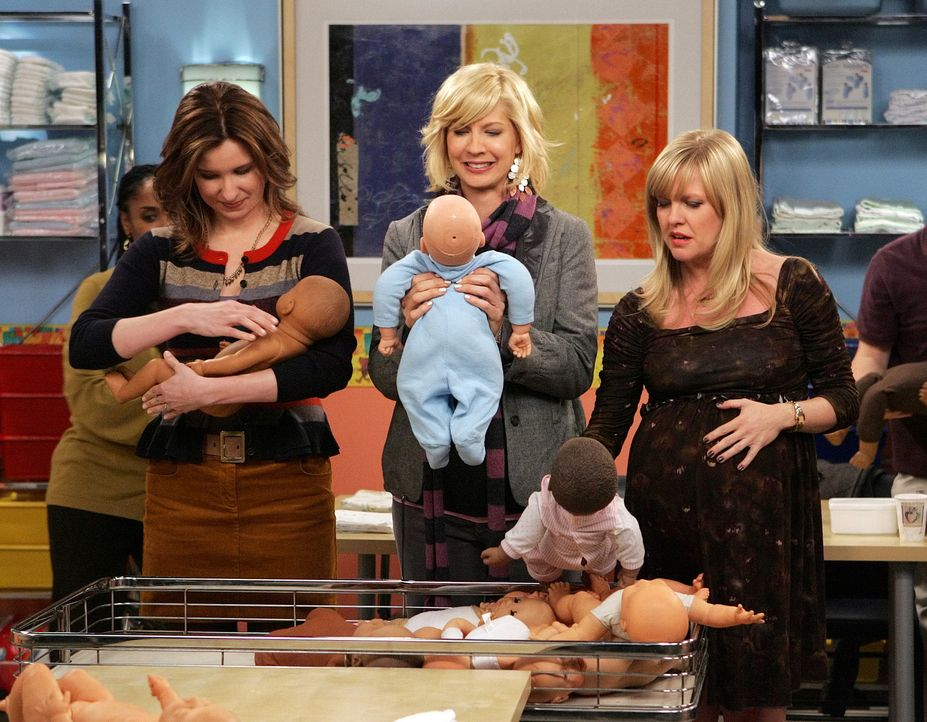 Olivia (Ashley Jensen, r.) und Abby (Lennon Parham, l.) begleiten Billie (Jenna Elfman, M.) zu einem Babypflegekurs wobei es zum Streit zwischen den... - Bildquelle: 2009 CBS Broadcasting Inc. All Rights Reserved