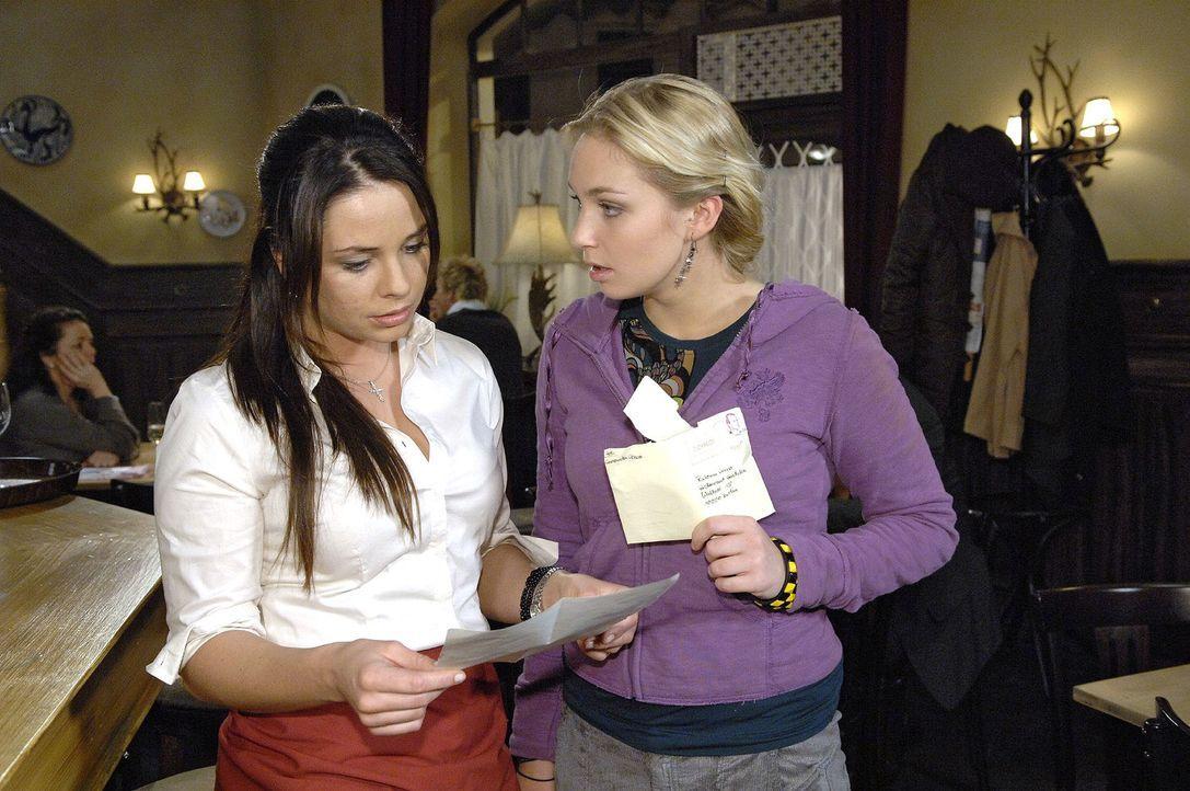 Paloma (Maja Maneiro, l.) und Lily (Jil Funke, r.) wundern sich, dass Consuela ihnen in einem Brief mitteilt, dass sie sich in ihren Prophezeiungen... - Bildquelle: Claudius Pflug Sat.1