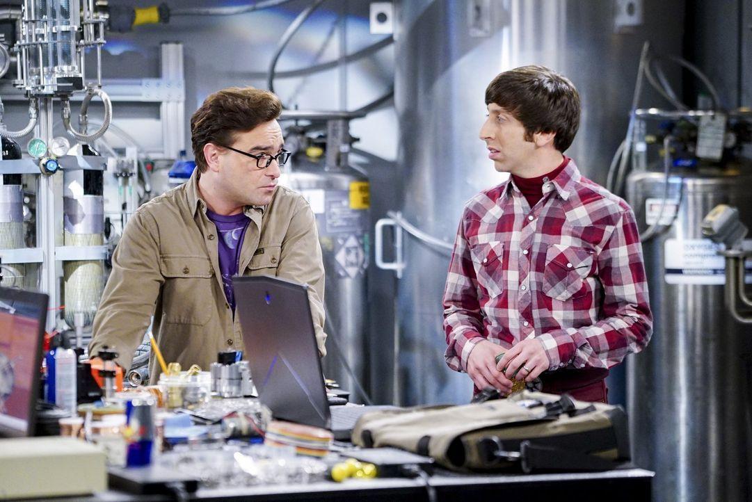 Da Sheldon ihre Arbeit für die Air Force behindert, schicken Howard (Simon Helberg, r.) und Leonard (Johnny Galecki, l.) ihn auf eine Reise der beso... - Bildquelle: 2016 Warner Brothers