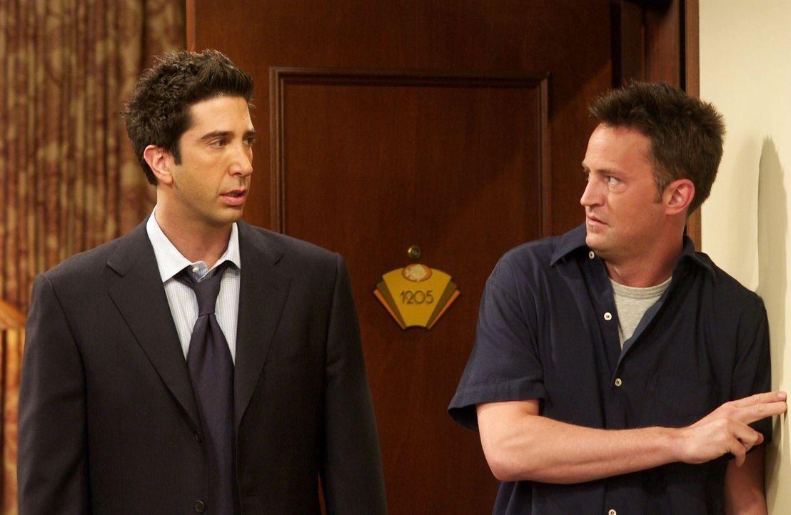 Ross (David Schwimmer, l.), der momentan etwas durch den Wind ist, ist entsetzt, als er Chandler (Matthew Perry, r.) beim Lauschen ertappt ... - Bildquelle: 2003 Warner Brothers International Television