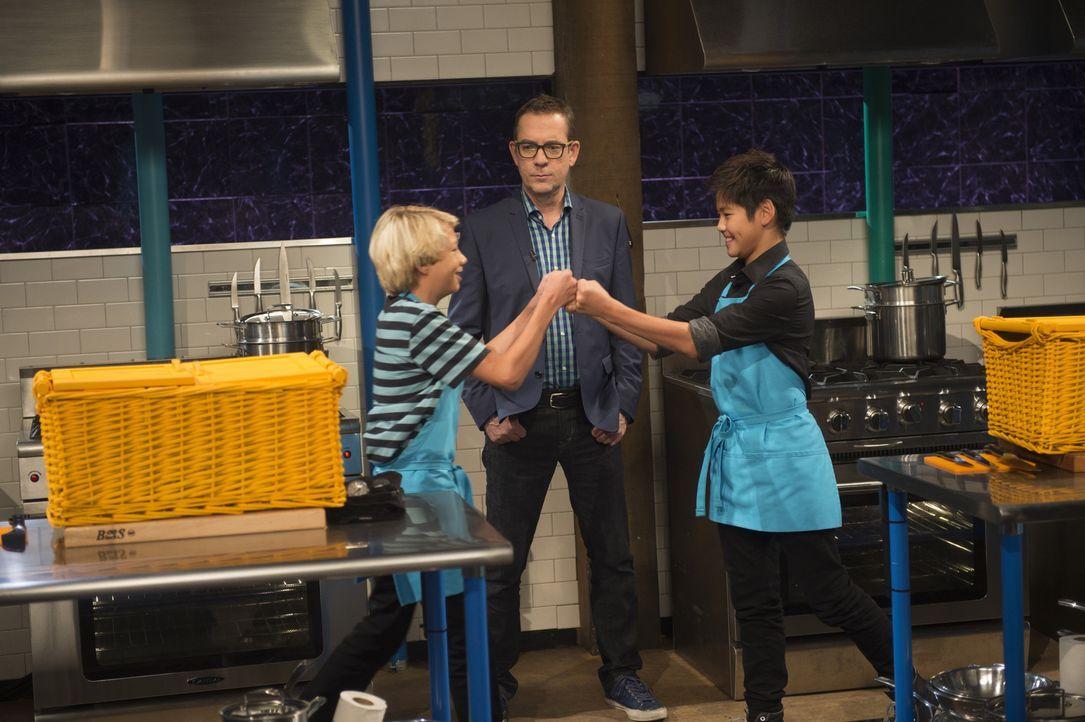 Jack (l.) tritt in der Chopped-Küche gegen Sean (r.) an. Ted (M.) gibt das Startsignal und ist gespannt, wer unter Zeitdruck die Nerven behält ... - Bildquelle: Scott Gries 2015, Television Food Network, G.P. All Rights Reserved