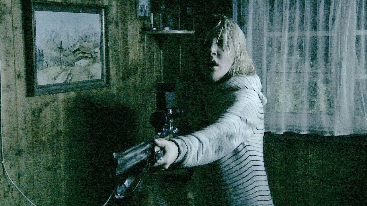 Vom Traumurlaub zum Alptraumtrip: Für Sabine (Nikola Kastner) und ihre Freunde beginnt ein nicht enden wollender Alptraum, als der Fernseher zu neu...