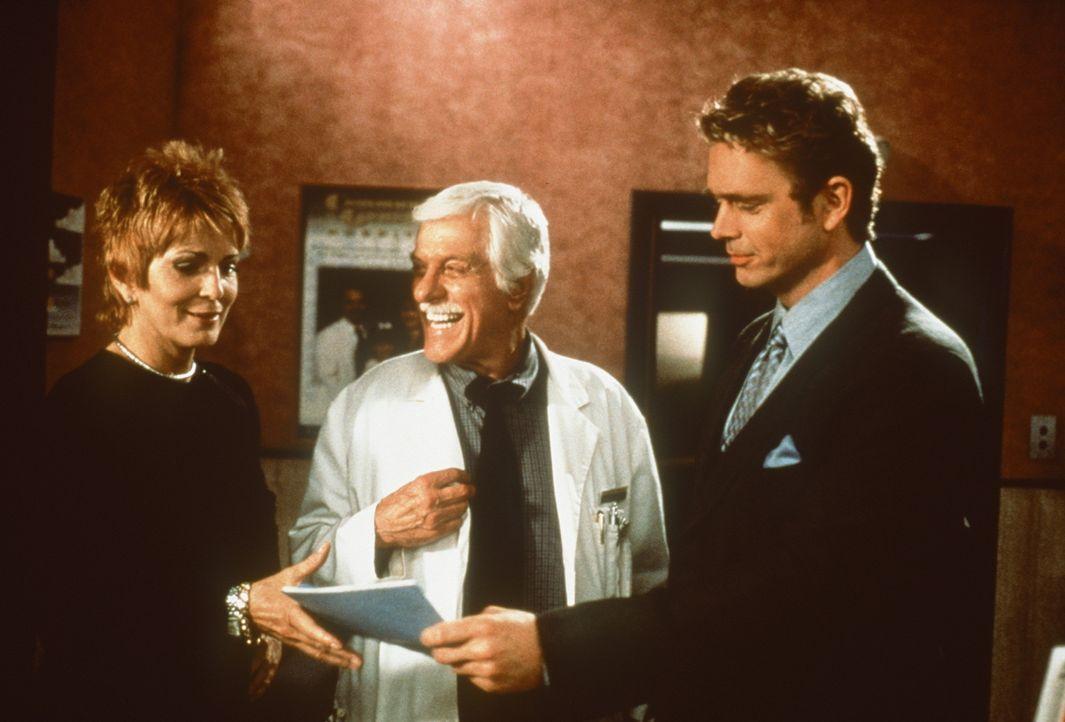Mark (Dick Van Dyke, M.) freut sich, dass Madison (Joanna Cassidy, l.) und Brett (John Schneider, r.) nach einigen Verwicklungen doch noch zueinande... - Bildquelle: Viacom