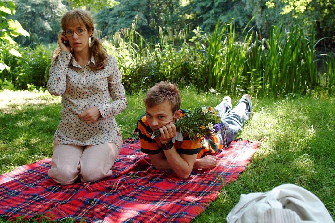 Lisas (Alexandra Neldel, l.) und Jürgens (Oliver Bokern, r.) harmonischer Ausflug ist vorbei, als David auf Lisas Handy anruft. (Dieses Foto von Al... - Bildquelle: Monika Schürle Sat.1