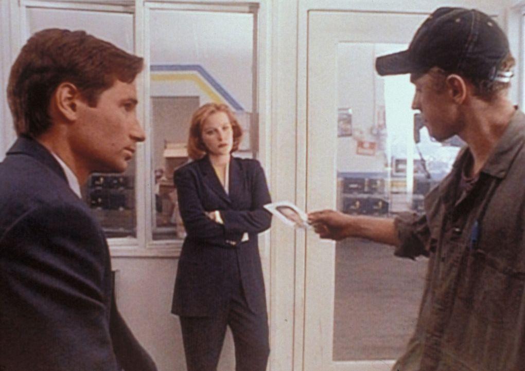 Mulder (David Duchovny, l.) und Scully (Gillian Anderson, M.) verhören den verdächtigen Darin Oswald (Giovanni Ribisi, r.). - Bildquelle: TM +   2000 Twentieth Century Fox Film Corporation. All Rights Reserved.