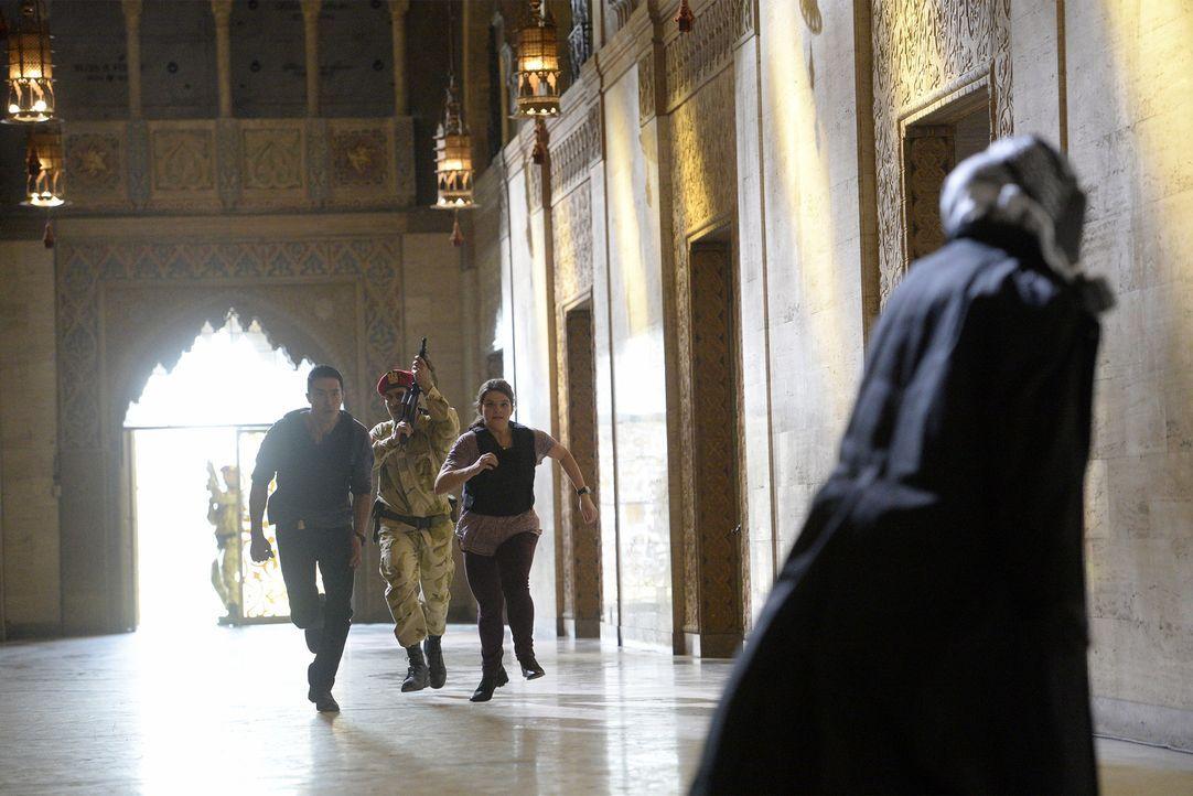 Wollen mit ihrem Team in Ägypten einen Giftgas-Mörder hinter Gitter bringen: Matt (Daniel Henney, l.) und Mae (Annie Funke, 3.v.l.) ... - Bildquelle: Darren Michaels 2015 American Broadcasting Companies, Inc. All rights reserved.
