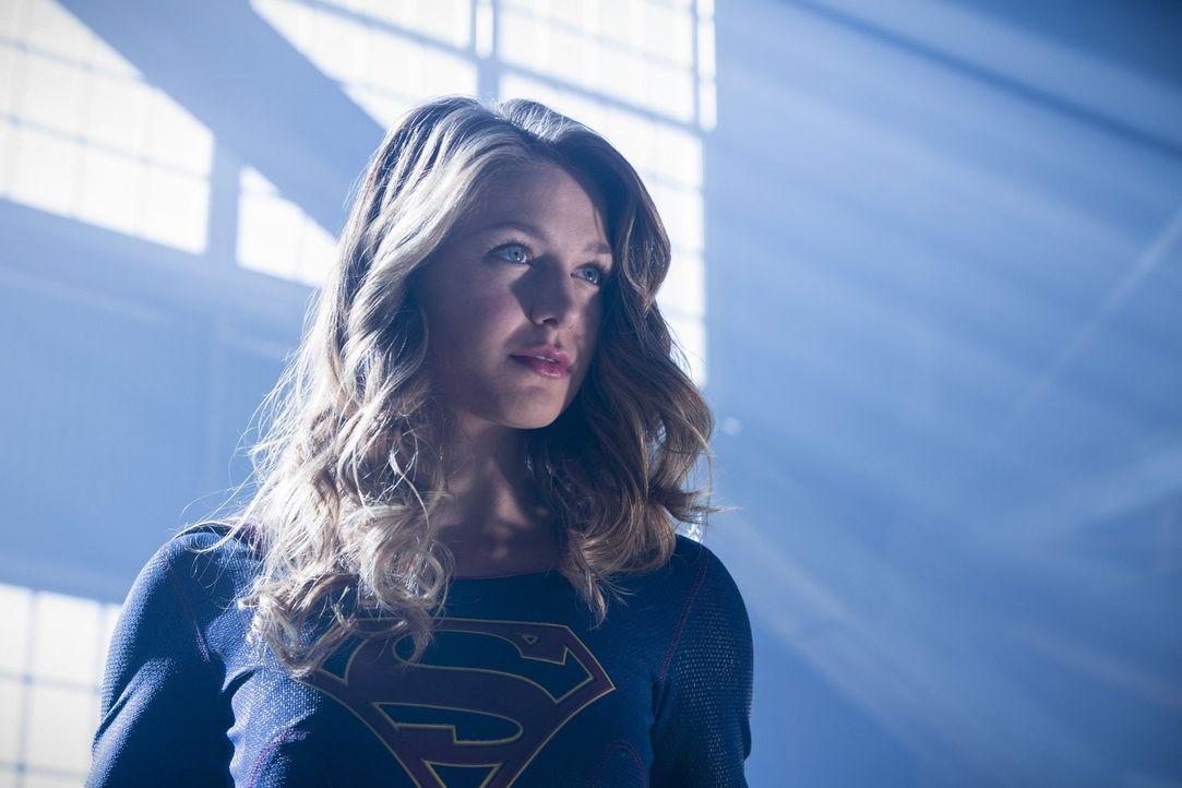 Die überirdischen Kräfte von Kara alias Supergirl (Melissa Benoist) sind im Kampf gegen die Aliens ein großer Mehrwert, doch sollte sie sich gegen i... - Bildquelle: 2016 Warner Bros.