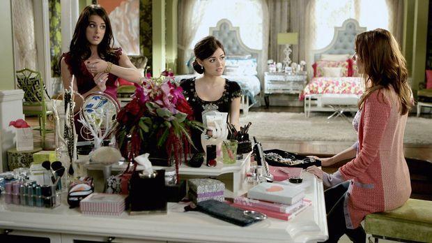 Während Sage (Ashley Newbrough, l.) und Rose (Lucy Hale, M.) Probleme mit Män...