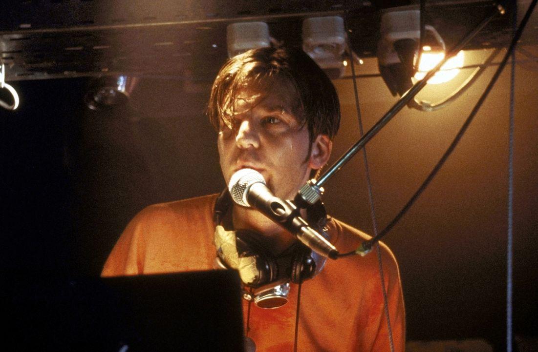 Felix (Kai Wiesinger) ist gerade auf dem besten Weg, der gefragteste Discjockey der Techno-Szene zu werden. Da macht er einen gravierenden Fehler ... - Bildquelle: Nusch ProSieben