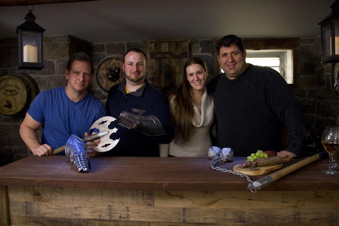 Im Mittelalterstil haben Tony Siragusa (r.) und Jason Cameron (l.) ein Man Cave für Bo Trant (2.v.l.) errichtet, was auch seiner Freundin Jenna (2.v... - Bildquelle: 2013,DIY Network/Scripps Networks, LLC. All Rights Reserved.