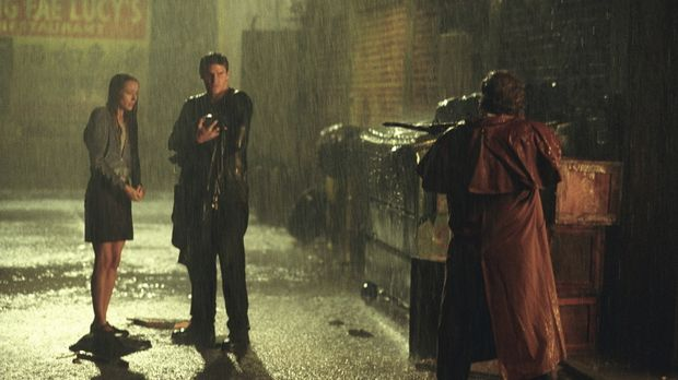 Fred (Amy Acker, l.) und Angel (David Boreanaz, M.) werden von dem Vampirjäge...