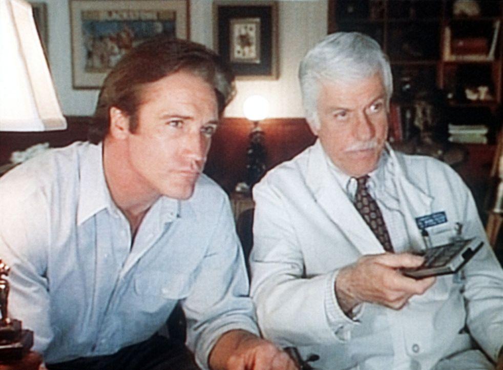 Steve (Barry Van Dyke, l.) und Mark (Dick Van Dyke, r.) kontrollieren das Videoband der Geiselnahme. - Bildquelle: Viacom